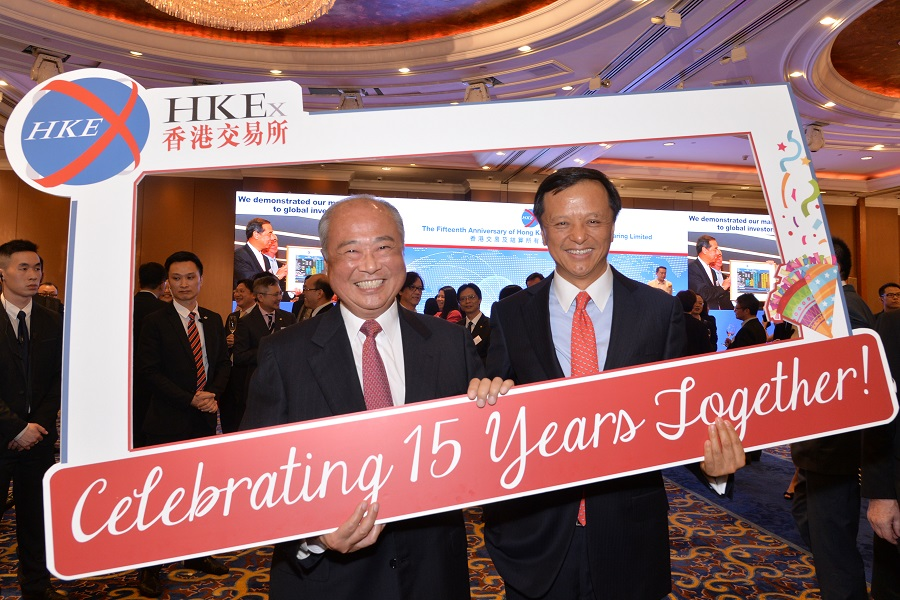 HKEX Chairman C K Chow (left) and Chief Executive Charles Li (right) celebrate HKEX's 15th anniversary of listing at a cocktail reception on 22 June 2015.