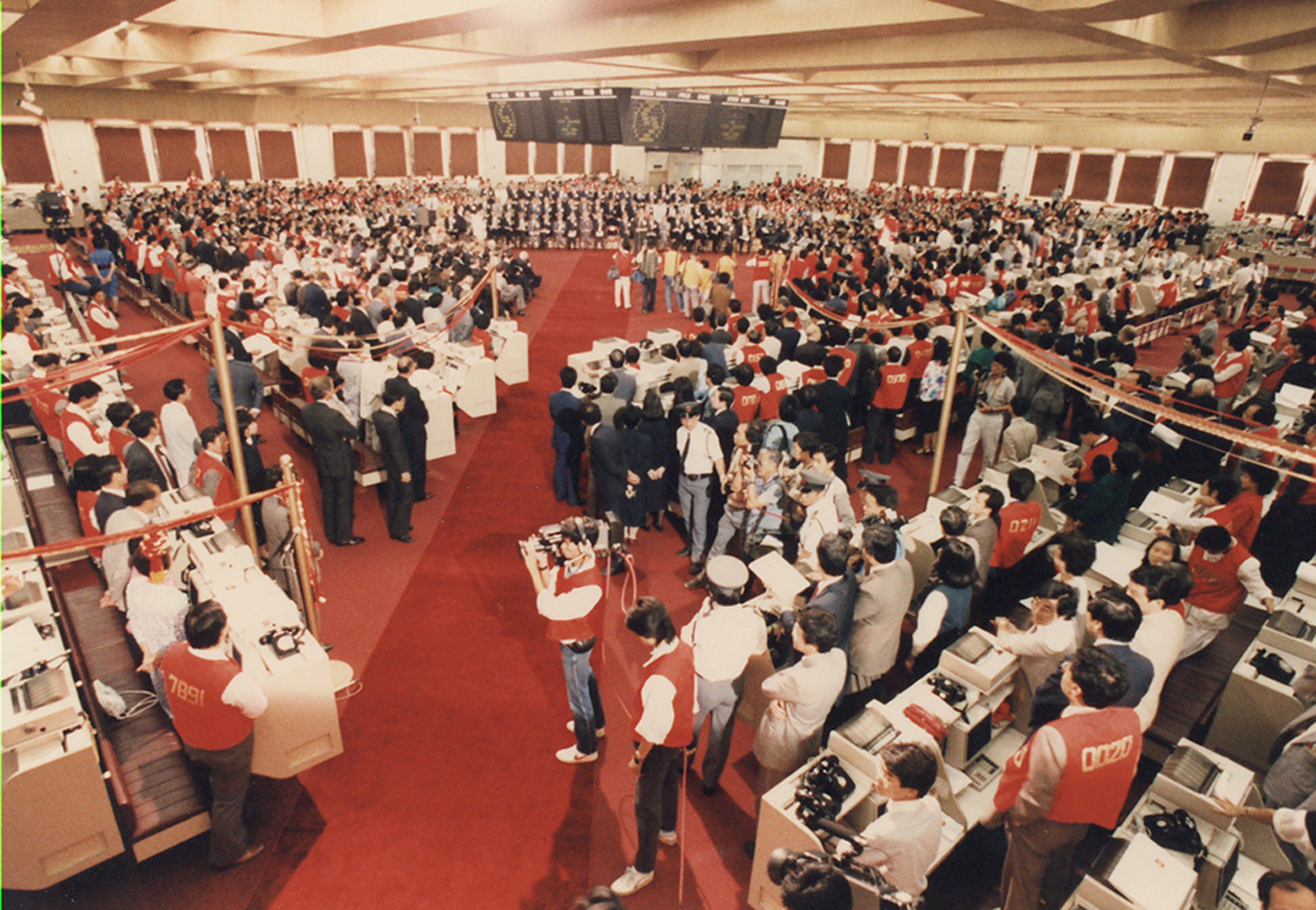 1986  Grand opening of Stock Exchange  trading hall.jpg