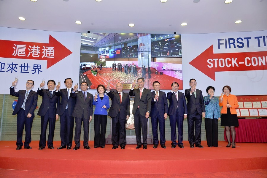 Officiating guests join the toast to celebrate the launch of Shanghai-Hong Kong Stock Connect on 17 November 2014.