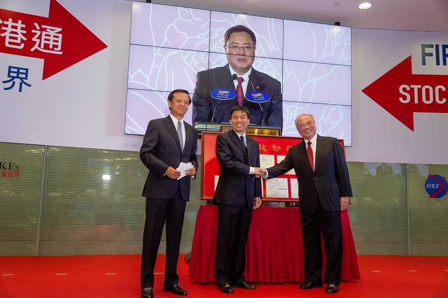 HKEX Chief Executive Charles Li (left) and Chairman C K Chow (right) present a gift to the Executive Vice President of the Shanghai Stock Exchange Xu Ming (middle) at the launch ceremony of Shanghai-Hong Kong Stock Connect on 17 November 2014.