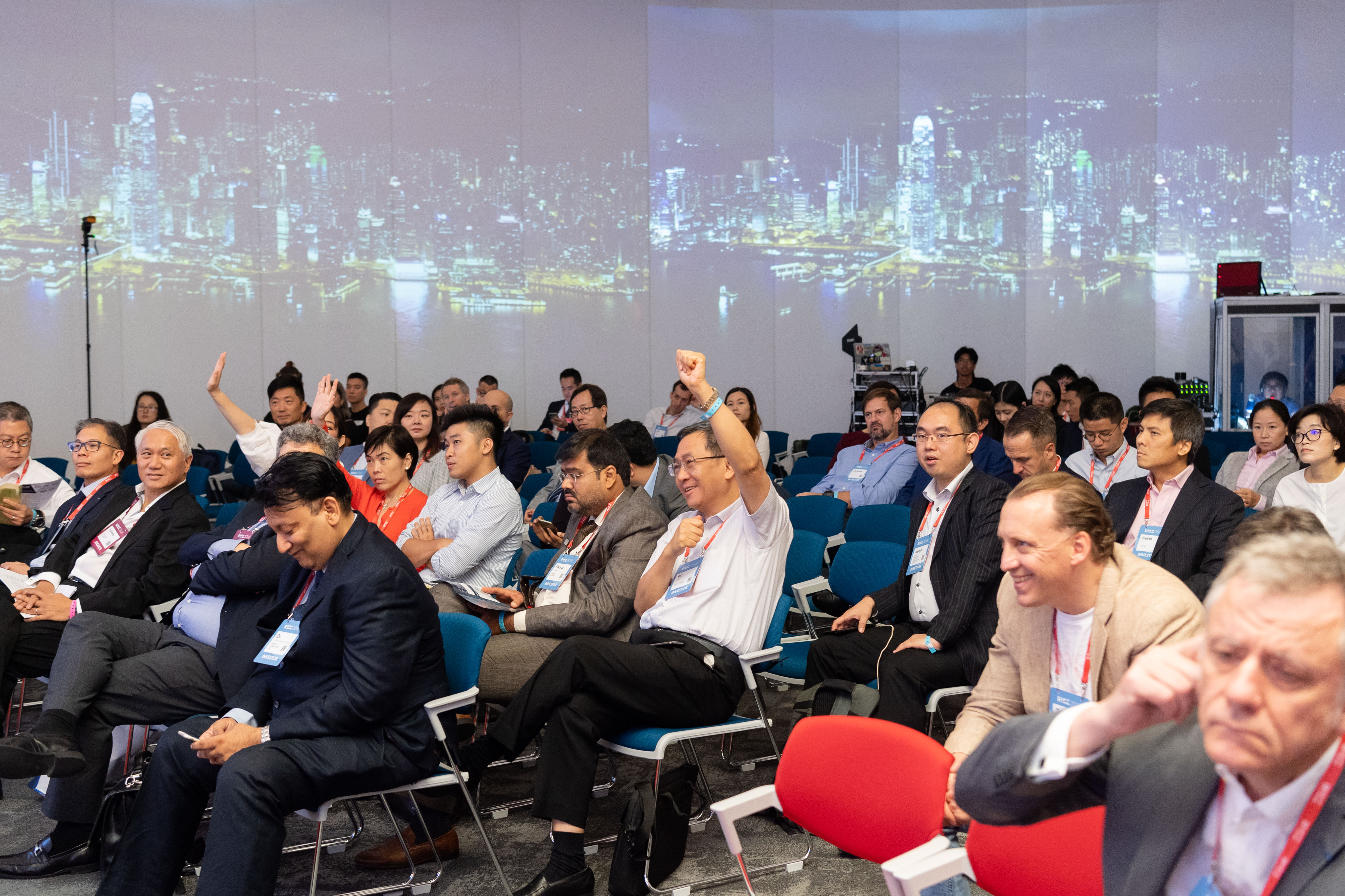 Hundreds of guests including startup entrepreneurs and investors actively join the discussions during the conference.