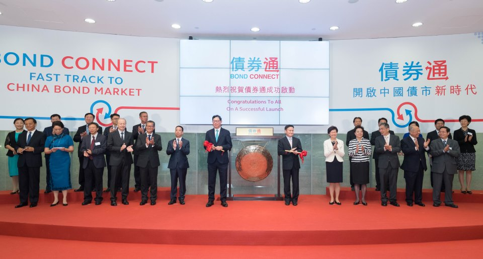 Bond Connect commenced after Pan Gongsheng and Norman Chan (seventh from the left in the front) hit the gong.